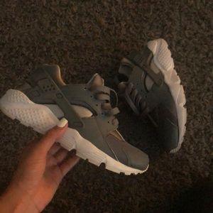 Nike Huaraches/ sneakers women's 5